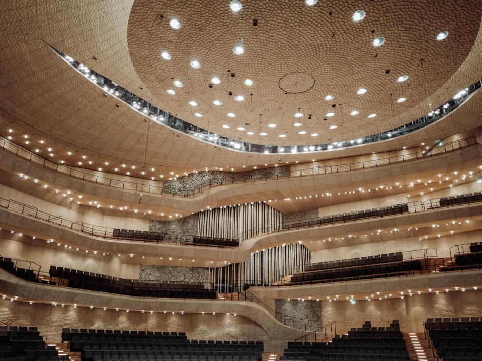 Elbphilharmonie in Hamburg von einer Luftaufnahme. Nur wenige Gehminuten vom JUFA Hotel Hamburg HafenCity erreichbar. Der großer Saal der Elbphilharmonie mit Girlanden.