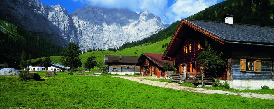 Sie sehen die Eng Alm bei Terfens mit Bergblick im Sommer. JUFA Hotels bietet erholsamen Familienurlaub und einen unvergesslichen Winterurlaub.