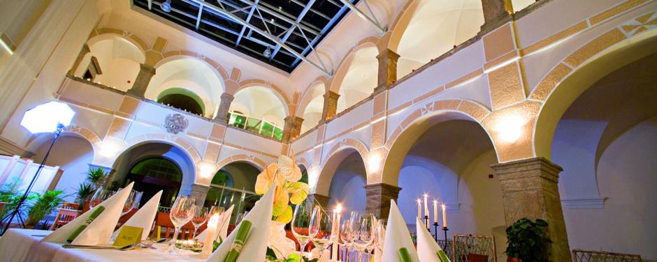 Arkadensaal mit Hochzeitschmuck im JUFA Hotel Schloss Röthelstein. Der Ort für märchenhafte Hochzeiten und erfolgreiche und kreative Seminare.