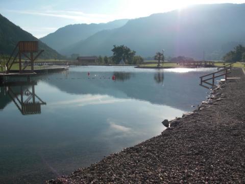 Schwimmbereich der Badeteichanlage Scheifling in der Region beim JUFA Hotel Murau. Der Ort für erholsamen Familienurlaub und einen unvergesslichen Wanderurlaub.
