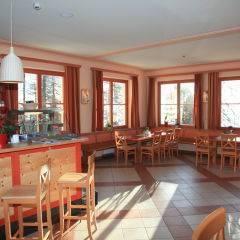 Bar und Cafe im JUFA Hotel Nockberge Almerlebnis. Der Ort für erholsamen Familienurlaub und einen unvergesslichen Winter- und Wanderurlaub.