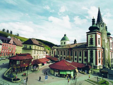 Basilika Mariazell mit Dorfplatz in Mariazell in der Steiermark in der Nähe von JUFA Hotels. Der Ort für erholsamen Familienurlaub und einen unvergesslichen Winter- und Wanderurlaub.