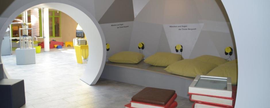 BBT Tunnelwelten mit Höhle im JUFA Hotel Wipptal. Der Ort für erholsamen Familienurlaub und einen unvergesslichen Winter- und Wanderurlaub.