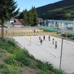 Beachvolleyballplatz und Fussballplatz mit Teens beim JUFA Hotel Lungau. Der Ort für erholsamen Familienurlaub und einen unvergesslichen Winter- und Wanderurlaub.