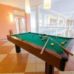 Billardtisch in der Lobby im JUFA Kempten Familien-Resort. Der Ort für kinderfreundlichen und erlebnisreichen Urlaub für die ganze Familie.