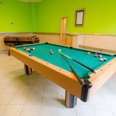 Billardtisch und Tischfussball im JUFA Hotel Nördlingen. Der Ort für kinderfreundlichen und erlebnisreichen Urlaub für die ganze Familie.