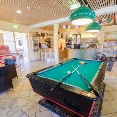 Billiardtisch in der Lobby im JUFA Hotel Poellau - Bio-Landerlebnis. Der Ort für erlebnisreichen Natururlaub für die ganze Familie.