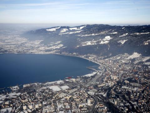 Panoramablick auf das winterliche verschneite Bregenz. Der Ort für erholsamen Familienurlaub und einen unvergesslichen Winterurlaub.
