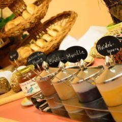 Buffetbereich mit reichhaltigem Frühstücks-, Mittags- und Abendessen im JUFA Hotel Altaussee. Der Ort für erholsamen Familienurlaub und einen unvergesslichen Winter- und Wanderurlaub.