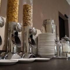 Buffetbereich mit Cerialienspender im JUFA Hotel Graz City. Der Ort für erlebnisreichen Städtetrip für die ganze Familie und der ideale Platz für Ihr Seminar.
