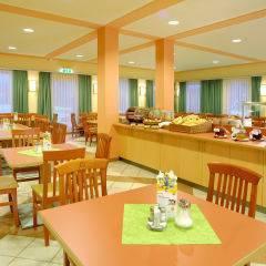 Buffetbereich mit reichhaltigem Frühstücks-, Mittags- und Abendessen im JUFA Hotel Kaprun. Der Ort für erholsamen Familienurlaub und einen unvergesslichen Winter- und Wanderurlaub.