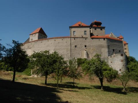 Sie sehen die Burg Harburg bei Nördlingen im Sommer. JUFA Hotels bietet erholsamen Familienurlaub und einen unvergesslichen Winter- und Wanderurlaub.
