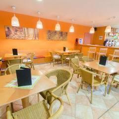 Gemütliches Café mit Hotelbar im JUFA Natur-Hotel Bruck. Der Ort für erfolgreiche und kreative Seminare in abwechslungsreichen Regionen.