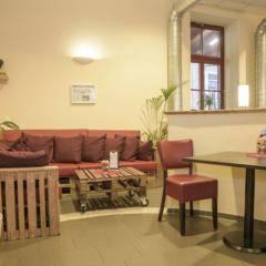 Cafe mit Sofatisch im JUFA Hotel Bregenz am Bodensee. Der Ort für tollen Sommerurlaub an schönen Seen für die ganze Familie.