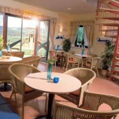 Gemütliches Café mit Terrasse im JUFA Hotel Maria Lankowitz. Der Ort für tollen Sommerurlaub an schönen Seen für die ganze Familie.
