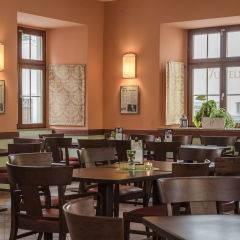 Gemütliches Cafe mit Bücherregal im JUFA Hotel Meersburg. Der Ort für tollen Sommerurlaub an schönen Seen für die ganze Familie.