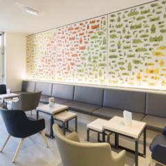 Cafe und Lobby mit Fenster im JUFA Hotel Graz City. Der Ort für erlebnisreichen Städtetrip für die ganze Familie und der ideale Platz für Ihr Seminar.