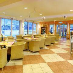 Cafe und Lobby im JUFA Hotel Kaprun. Der Ort für erholsamen Familienurlaub und einen unvergesslichen Winter- und Wanderurlaub.