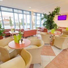 Cafe und Lobbybereich im JUFA Kempten Familien-Resort. Der Ort für kinderfreundlichen und erlebnisreichen Urlaub für die ganze Familie.