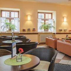 Cafe und Lobby im JUFA Hotel Meersburg. Der Ort für tollen Sommerurlaub an schönen Seen für die ganze Familie.
