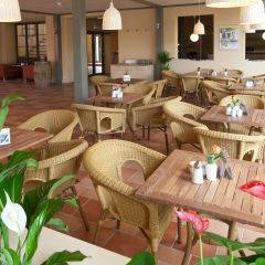 Cafe und Lobbybereich im JUFA Weinviertel - Hotel in der Eselsmuehle. Der Ort für erfolgreiche und kreative Seminare in abwechslungsreichen Regionen.
