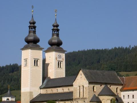 Sie sehen die Seitenansicht des Doms zu Gurk in Kärnten.J UFA Hotels bietet Ihnen den Ort für erlebnisreichen Natururlaub für die ganze Familie.