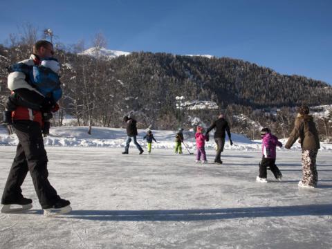 Kinder und Erwachsene beim Eislaufen im JUFA Hotel Wipptal Urlaub. Der Ort für erholsamen Familienurlaub und einen unvergesslichen Winterurlaub.