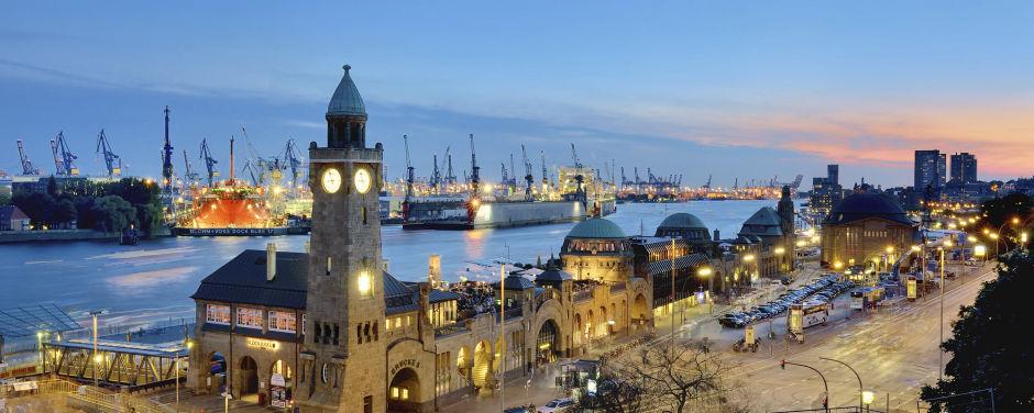 Sie sehen das Gebäude des St. Pauli Elbtunnels an den Landungsbrücken in Hamburg. JUFA Hotels bietet erlebnisreichen Städtetrip für die ganze Familie und den idealen Platz für Ihr Seminar.