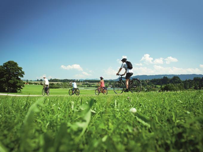 Familie mit Kindern beim Radausflug im Allgäu