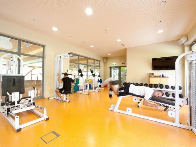 Erwachsene trainieren im Fitnessraum im JUFA Hotel Deutschlandsberg - Sport-Resort. Der Ort für erfolgreiches Training in ungezwungener Atmosphäre für Vereine und Teams.