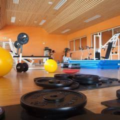 Fitnessraum mit Gewichten im JUFA Hotel Leibnitz Sport-Resort. Der Ort für erfolgreiches Training in ungezwungener Atmosphäre für Vereine und Teams.
