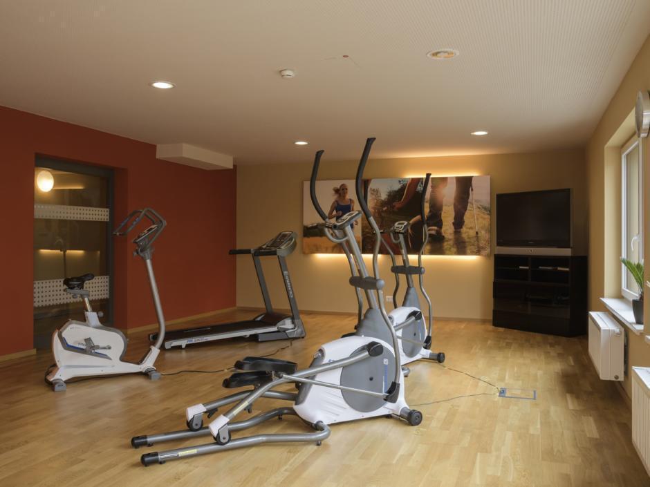 Fitnessraum mit Fitnessgeräten im JUFA Hotel Wangen Sport-Resort. Der Ort für erfolgreiches Training in ungezwungener Atmosphäre für Vereine und Teams.