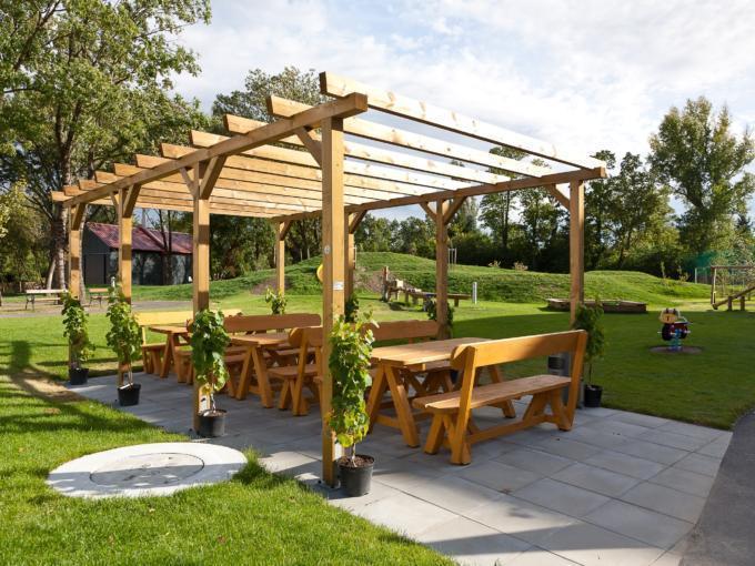 Gemütliche Gartenanlage mit Terrasse zum Entspannen und Zeitvertreib. Genießen Sie ganztags Ihre Auszeit mit einem leckeren Kaffee, einer Erfrischung oder einem Snack/Imbiss im JUFA Weinviertel - Hotel in der Eselsmühle
