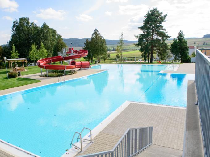 Freibad mit Rutsche in Neutal. JUFA Hotels bietet Ihnen den Ort für erlebnisreichen Natururlaub für die ganze Familie.