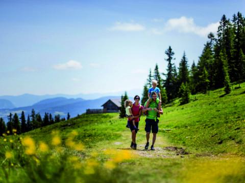 Frühlingswanderung auf die Frauenalpe im Murtal mit Familie. JUFA Hotels bietet Ihnen den Ort für erlebnisreichen Natururlaub für die ganze Familie.