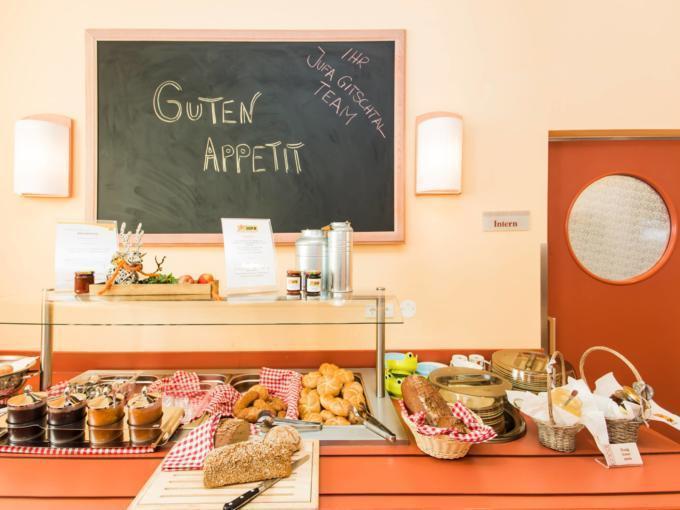 Buffetbereich mit reichhaltigem Frühstücks-, Mittags- und Abendessen im JUFA Hotel Gitschtal Landerlebnis. Der Ort für kinderfreundlichen und erlebnisreichen Urlaub für die ganze Familie.