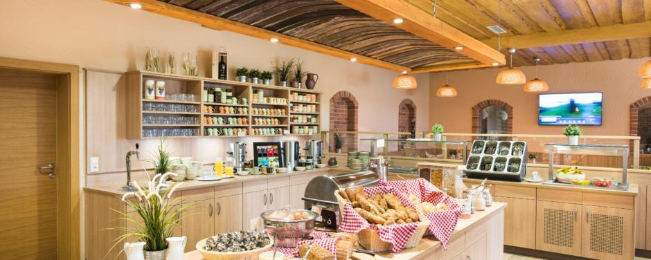 Buffetbereich mit reichhaltigem Frühstücks-, Mittags- und Abendessen im JUFA Hotel Neutal - Landerlebnis. Der Ort für erlebnisreichen Natururlaub für die ganze Familie.