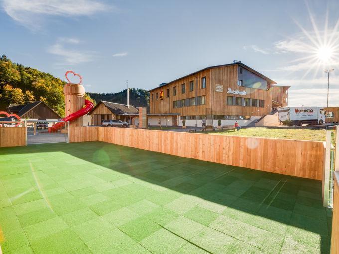 Outdoorspielbereich vom JUFA Hotel Annaberg - Bergerlebnis-Resort. Der Ort für erholsamen Familienurlaub und einen unvergesslichen Winter- und Wanderurlaub.