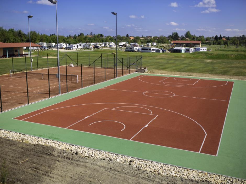 Funcourt und Tennisplatz im JUFA Vulkan Thermen-Camping. Der Ort für erholsamen Thermen- und entspannten Wellnessurlaub für die ganze Familie.