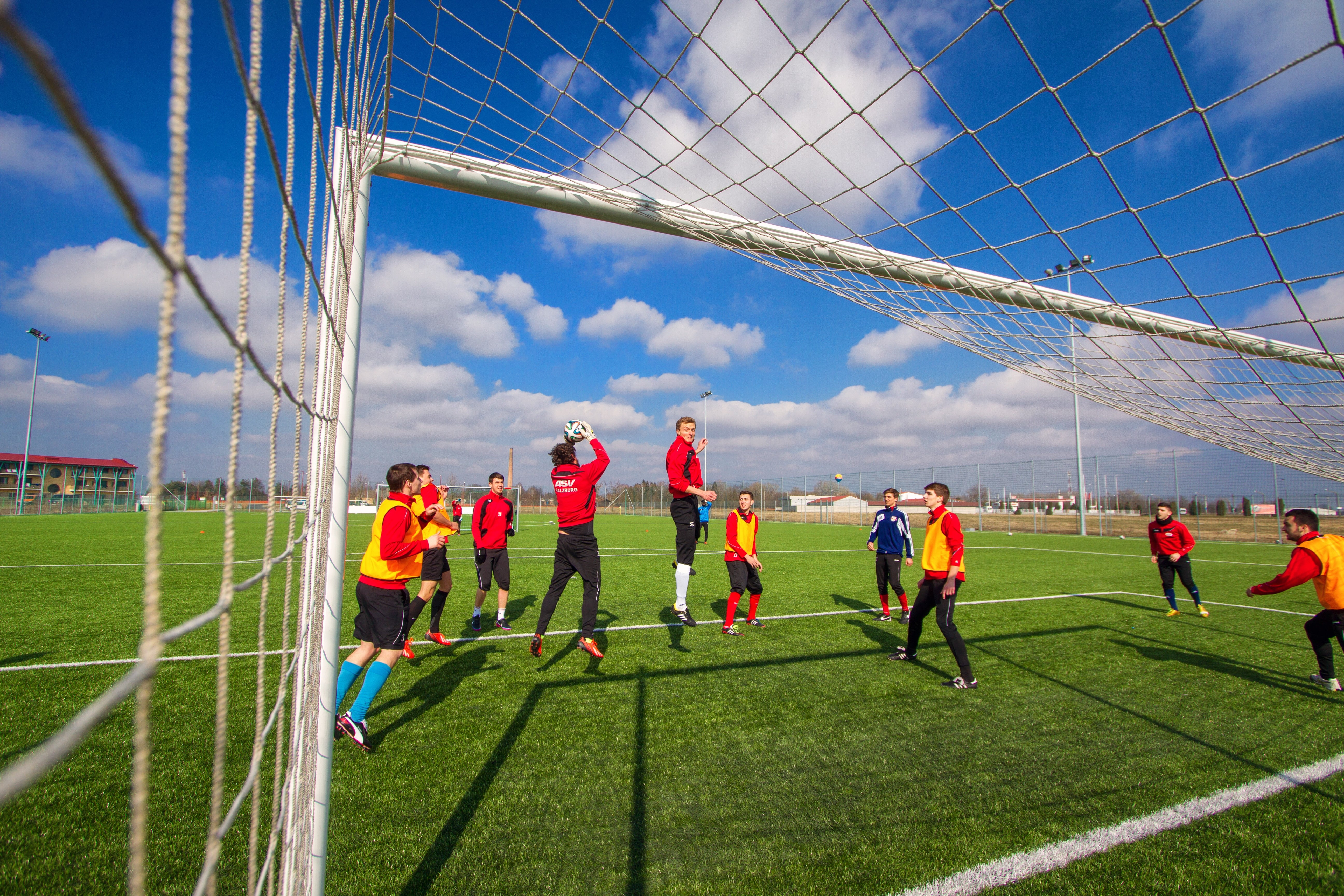 Fussballmannschaft beim Training auf Rasenplatz in Ungarn. JUFA Hotels bietet Ihnen den Ort für erfolgreiches Training in ungezwungener Atmosphäre für Vereine und Teams.