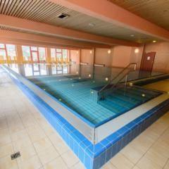 Schwimmbecken im Hallenbad im JUFA Hotel Mariazell Sigmundsberg. Der Ort für erholsamen Familienurlaub und einen unvergesslichen Winter- und Wanderurlaub.