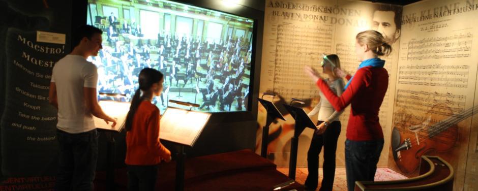 Sie sehen den virutellen Dirigenten im Haus der Musik in Wien. JUFA Hotels bietet erlebnisreichen Städtetrip für die ganze Familie.