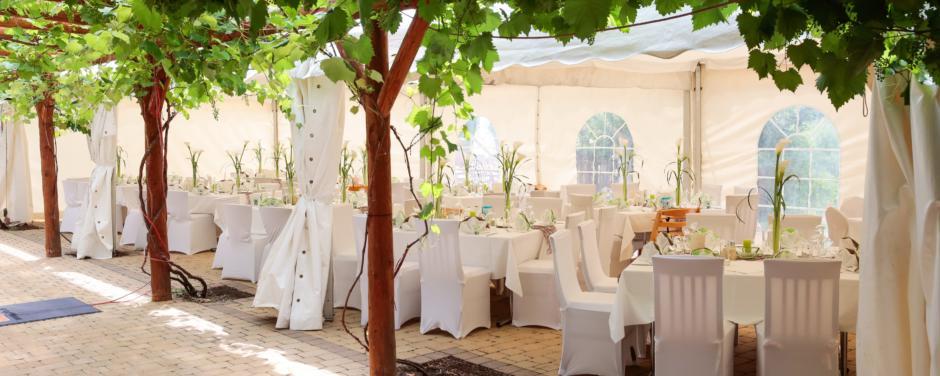 Festzelt mit Hochzeitsdekoration im Hotelinnenhof vom JUFA Hotel Tieschen Landerlebnis. JUFA Hotels bietet Ihnen den idealen Ort für märchenhafte Hochzeiten.