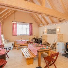 Gemütliche und urige Stubn mit Holzofen und Spielaktivitäten für die ganze Familie im JUFA Hotel Gitschtal Landerlebnis. Der Ort für kinderfreundlichen und erlebnisreichen Urlaub für die ganze Familie.