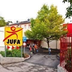 Aussenansicht vom JUFA Hotel Waldviertel im Sommer. Der Ort für erholsamen Familienurlaub und einen unvergesslichen Winter- und Wanderurlaub.