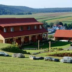 Aussenansicht im Sommer vom JUFA Hotel Neutal - Landerlebnis. Der Ort für erlebnisreichen Natururlaub für die ganze Familie.