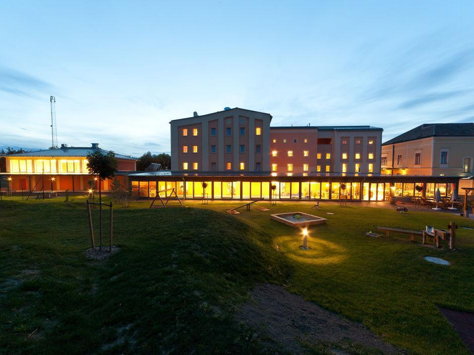 Aussenansicht vom JUFA Weinviertel - Hotel in der Eselsmühle bei Abendstimmung. Der Ort für erfolgreiche und kreative Seminare in abwechslungsreichen Regionen.