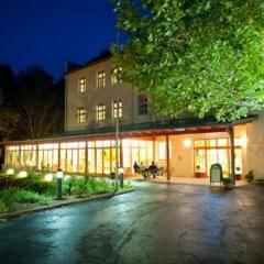 Aussenansicht vom JUFA Hotel Waldviertel zur Abendstimmung. Der Ort für erholsamen Familienurlaub und einen unvergesslichen Winter- und Wanderurlaub.