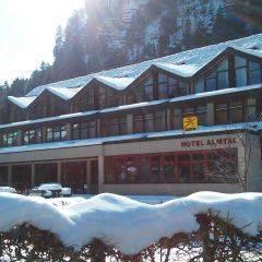 Aussenansicht vom JUFA Hotel Almtal im Winter. Der Ort für erholsamen Familienurlaub und einen unvergesslichen Winter- und Wanderurlaub.