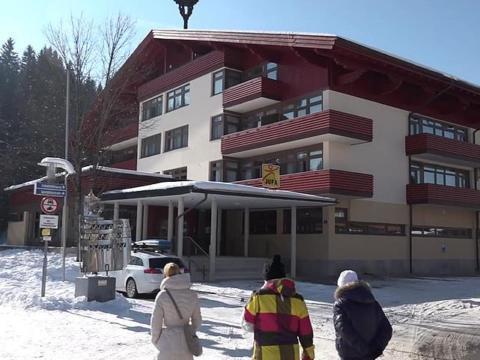 Aussenansicht im Winter mit Menschen vom JUFA Hotel Altenmarkt. Der Ort für erholsamen Familienurlaub und einen unvergesslichen Winterurlaub.
